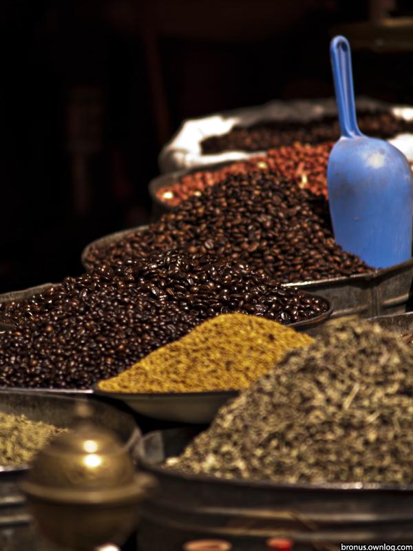 Przyprawy i ziarna kawy na targu w Maroku. Zdjęcie prezentowane na wystawie POZOR!8