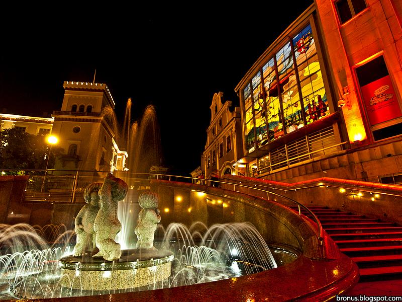 Plac Chrobrego w Bielsku-Białej nocą.