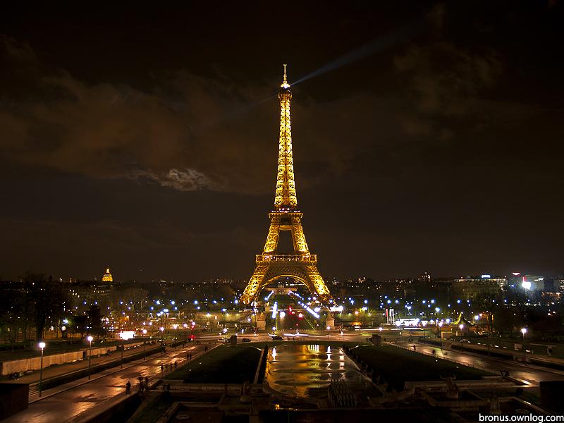 Widok na wieżę Eiffel'a w Paryżu. Zdjęcie prezentowane na wystawie POZOR!8