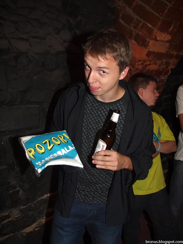Jeden ze zwycięzców konkursu na imprezie POZOR!7 w Bielskim klubie Arythmia.